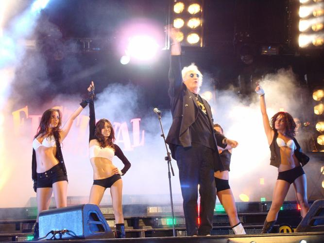 nuelle on stage with Maurizio Vandelli @ Festivalshow Italy